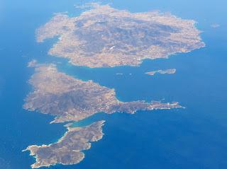 To λαμπρό ιερό του Απόλλωνα στο ακατοίκητο σύμπλεγμα νησίδων νοτιοδυτικά της Αντιπάρου