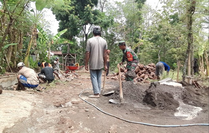 Babinsa Koramil 17/Pasrepan Gotong Royong Bersama Warga Membuat Drainase