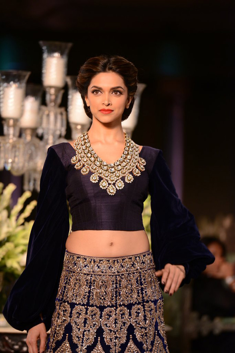 Deepika Padukone Deep Navel Show Photos