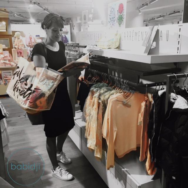 mère qui regarde un catalogue Billieblush aux Galeries Lafayette de Perpignan