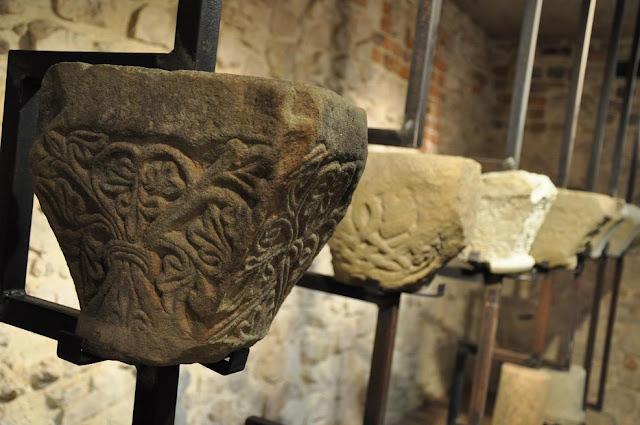 Opactwo benedyktyńskie w Tyńcu - lapidarium - kapitele romańskich kolumn