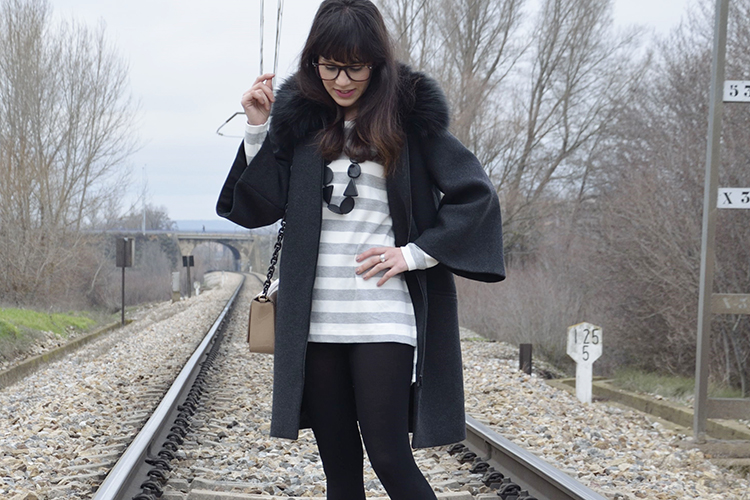 look-blogger-grey-coat-botines-sudadera-vestido-outfit-glasses-gafas