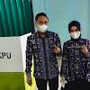 Dengan Memakai Batik Incung Khas Sungai Penuh, Cawako Fikar Azami Didampingi Istri Nyoblos di TPS 1 Koto Tuo Tanah Kampung