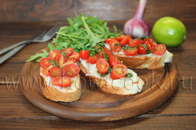 рецепт бутербродов с запеченным чесноком, пармезаном и черри