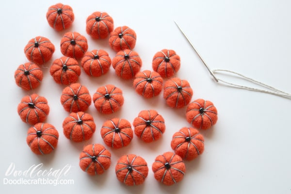 These little pumpkin pom-poms are perfect for making a little garland.