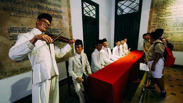 lagu Indonesia Raya 3 stanza ini menjadi salah satu lambang negara, juga dijadikan sebagai simbol persatuan dan kebanggan masyarakat Indonesia