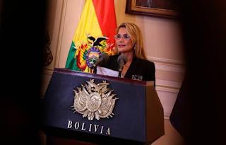 La nueva presidenta boliviana Áñez deja a un lado los símbolos de Evo Morales