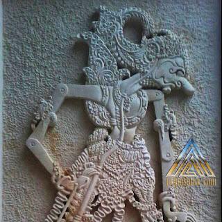 relief ornamen batu paras jogja / batu paras putih gambar wayang gatotkaca