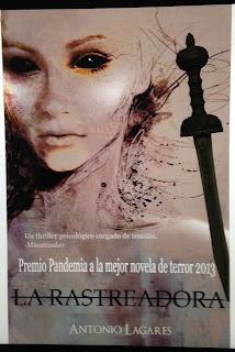 Portada del libro La rastreadora, de Antonio Lagares