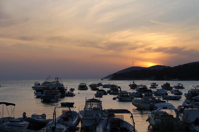 satama auringonlasku kroatia pikkukiviranta