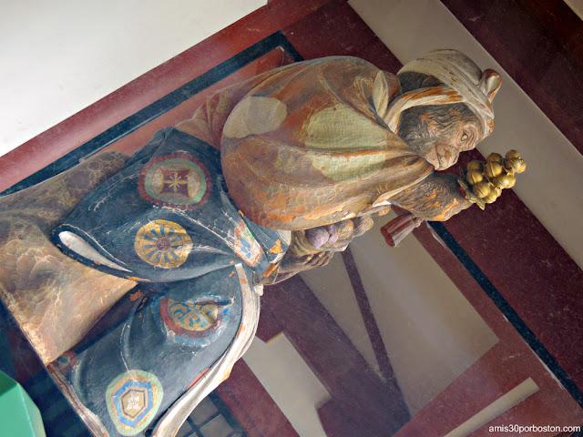 Escultura de Mona en el Santuario Hie en Tokio
