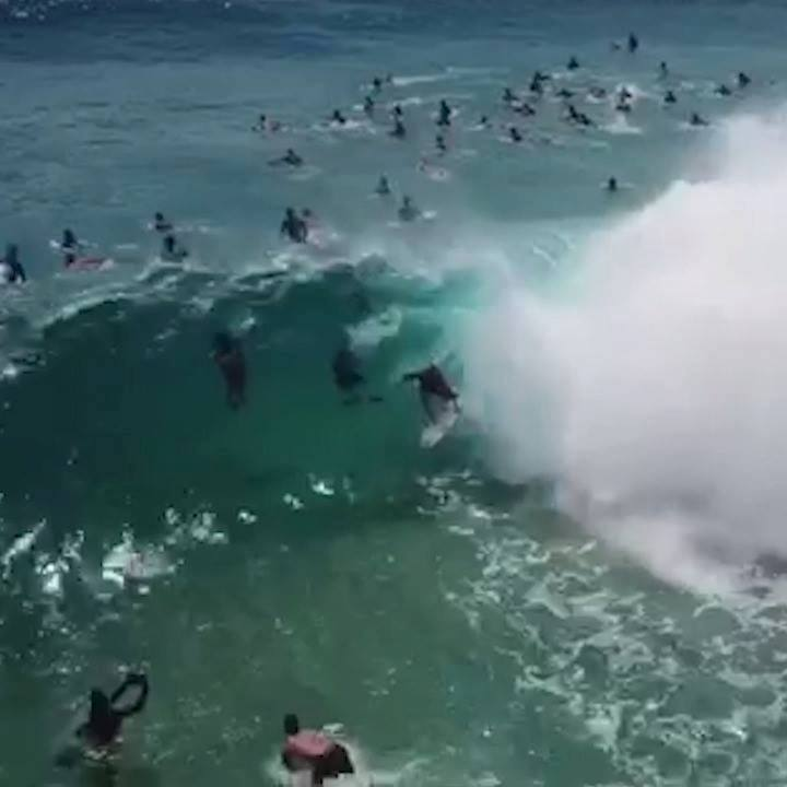 Owen Wright navigating the crowds on the Gold Coast to find Cyclone Oma drainer 🔥