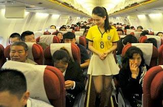 Pramugari Seksi Maskapai di Tiongkok Mengenakan Kaos Bola