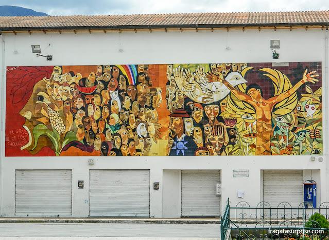 Mural retrata a Paixão de Cristo com elementos indígenas, na Cidade de Cotacachi, Equador