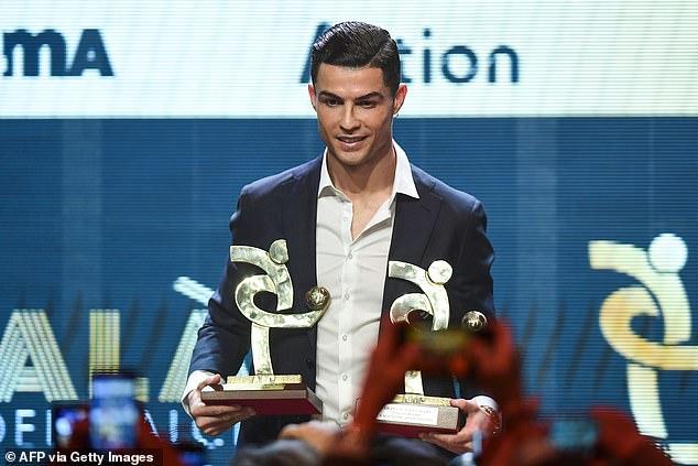 Ronaldo nhận giải ở nơi cách Messi 850km