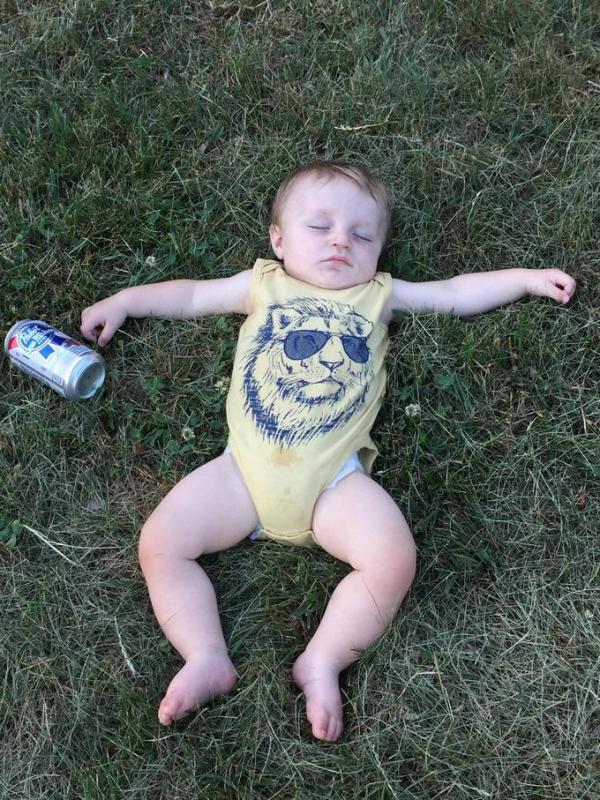 bebê dormindo na grama