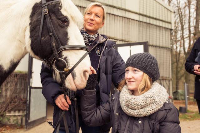 Mädchen im Rollstuhl mit Pferd