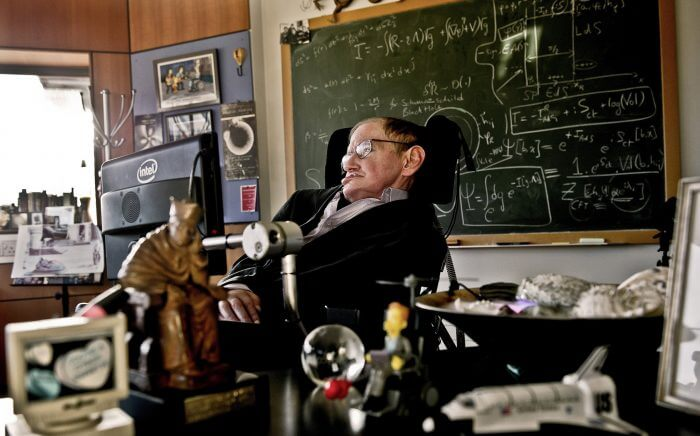 Entre as contribuições de Hawking estão os teoremas de singularidade (em colaboração com o matemático Roger Penrose)