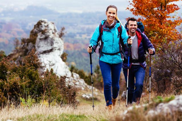 10 Tips Perlengkapan Persiapan Pendakian Gunung Tektok - Membawa Trekking Poles