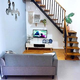 tata letak tv di bawah tangga ruang keluarga