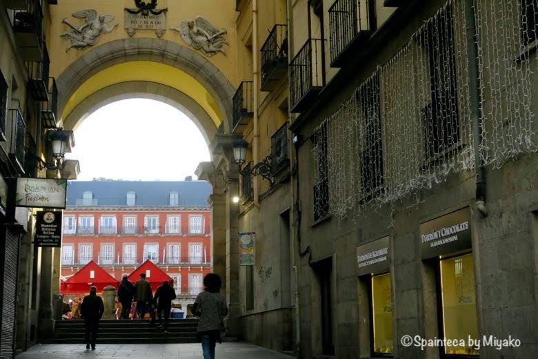 マドリードのマヨール広場への趣のある古い路地