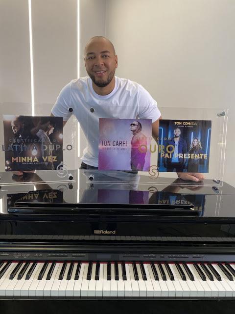 Ton Carfi recebe discos ouro e platina duplo pela Som Livre