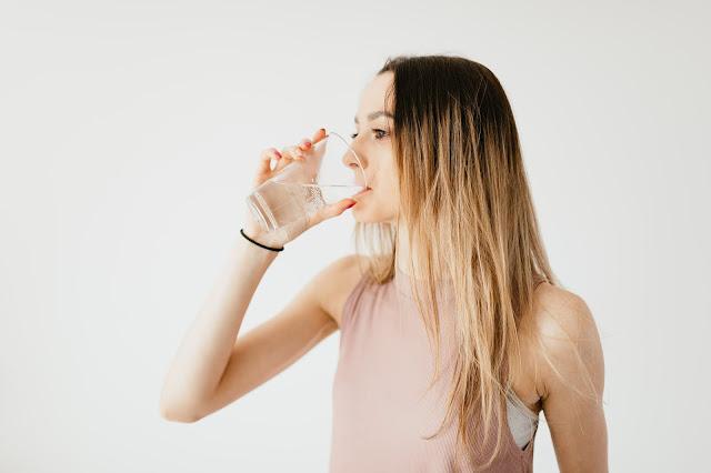 رجيم الماء من أهم الموضوعات التي من الممكن أن تهم الأشخاص الذين يسعون إلي انقاص وزنهم والوصول الي الوزن المثالي بأسهل وأسرع الطرق الممكنة .  وسنوضح في هذا المقال أحد أنواع الأنظمة الغذائية الحديثة التي أثبتت فاعليتها الكبيرة في انقاص الوزن مع عدم وجود أضرار صحية كبيرة في هذا النظام .  رجيم الماء - من اسمه - هو نظام غذائي يعتمد علي تناول الماء بشكل أساسي بهدف انقاص الوزن ، والابتعاد عن الغذاء الاعتيادي .  وفيما يلي سنتعرف علي رجيم الماء وكيفية اتباعه وفوائده واضراره المختلفة .