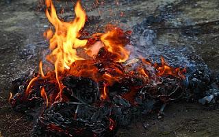 Basta surgir uma quantidade razoável de folhas secas, por exemplo, para que alguém se habilite a queimá-las. Também é comum utilizar a prática de queimada como método para se proceder à limpeza de quintais e terrenos baldios, livrando-os da vegetação intrusa e/ou de objetos que não tem utilidade para seus proprietários.