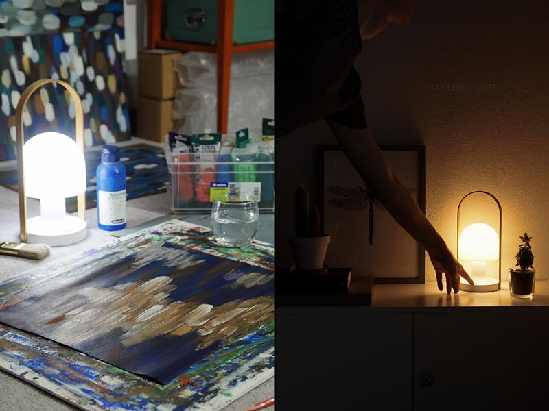 Late Night Paining mit der FollowMe Tischleuchte von Marset; Abstrakte Malerei in blau/ weiß | Sideboard Dekoration beleuchtet bei Nacht | Tasteboykott