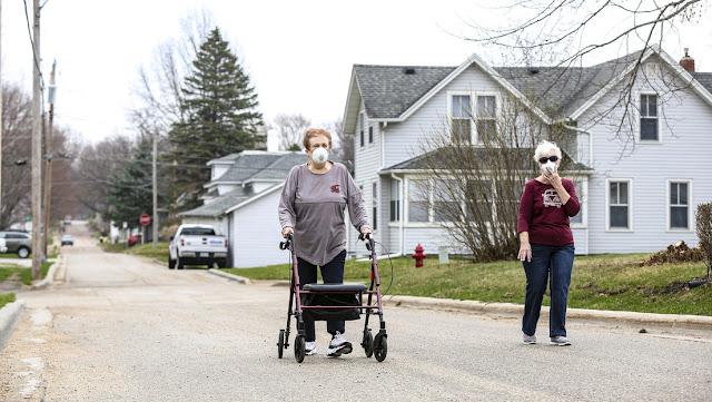 Un donador anónimo reparte 150 dólares a cada familia de un pueblo en EE.UU. durante la pandemia