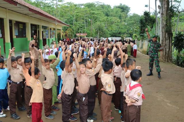 Begini Cara Prajurit Yonif Raider 323 Kostrad Sukabumi Memperlihatkan Kemanunggalan TNI - Rakyat