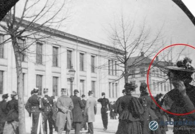 Жена разговаря по смартфон на СНИМКА от 1890 година