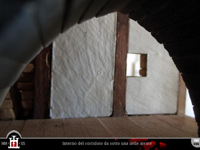 Interno del corridoio da sotto una delle arcate