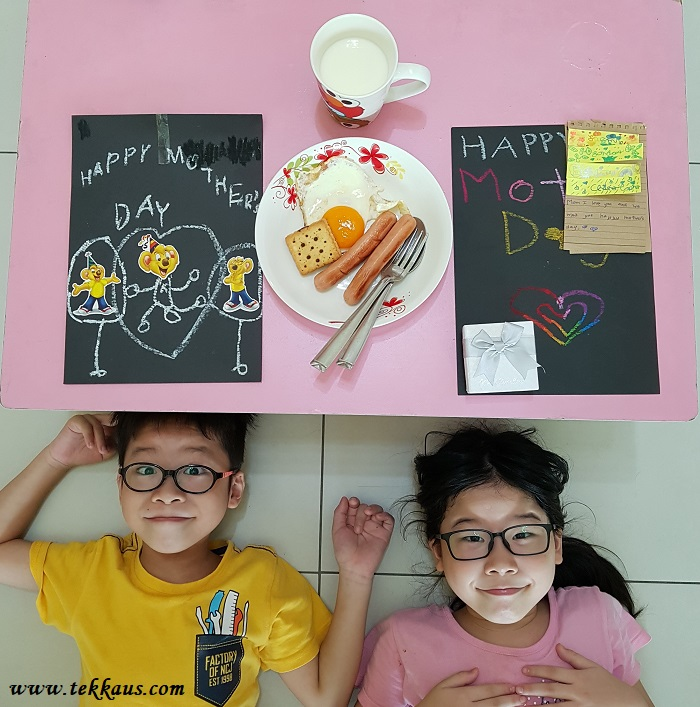 Children learn to cook on their own mother's day