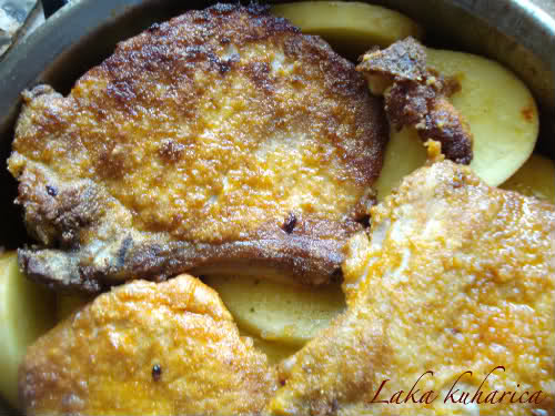 Pork cutlets with paprika and potatoes by Laka kuharica: Place the cutlets onto potatoes