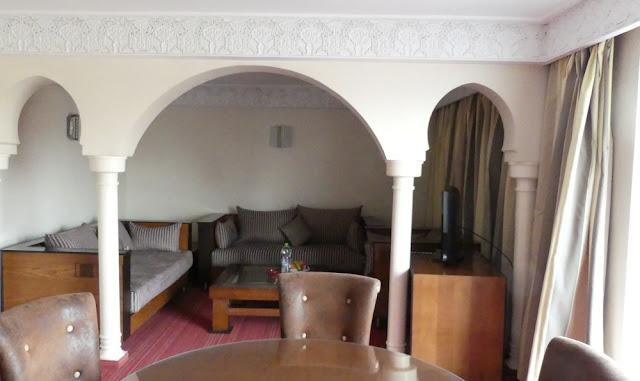 Hotel Atlas Asni, Marrakesch - Wohnbereich meiner Suite mit Obstkorb im Hintergrund