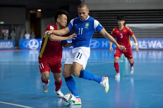 Ferrão tentando finalizar em partida do Brasil contra o Vietnã