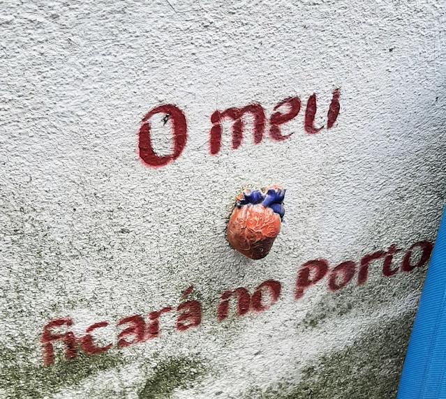 inscrição numa parede: o meu coração ficará no Porto