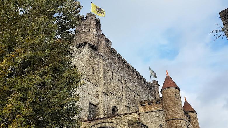 站在城牆上仰望高聳的中世紀城堡