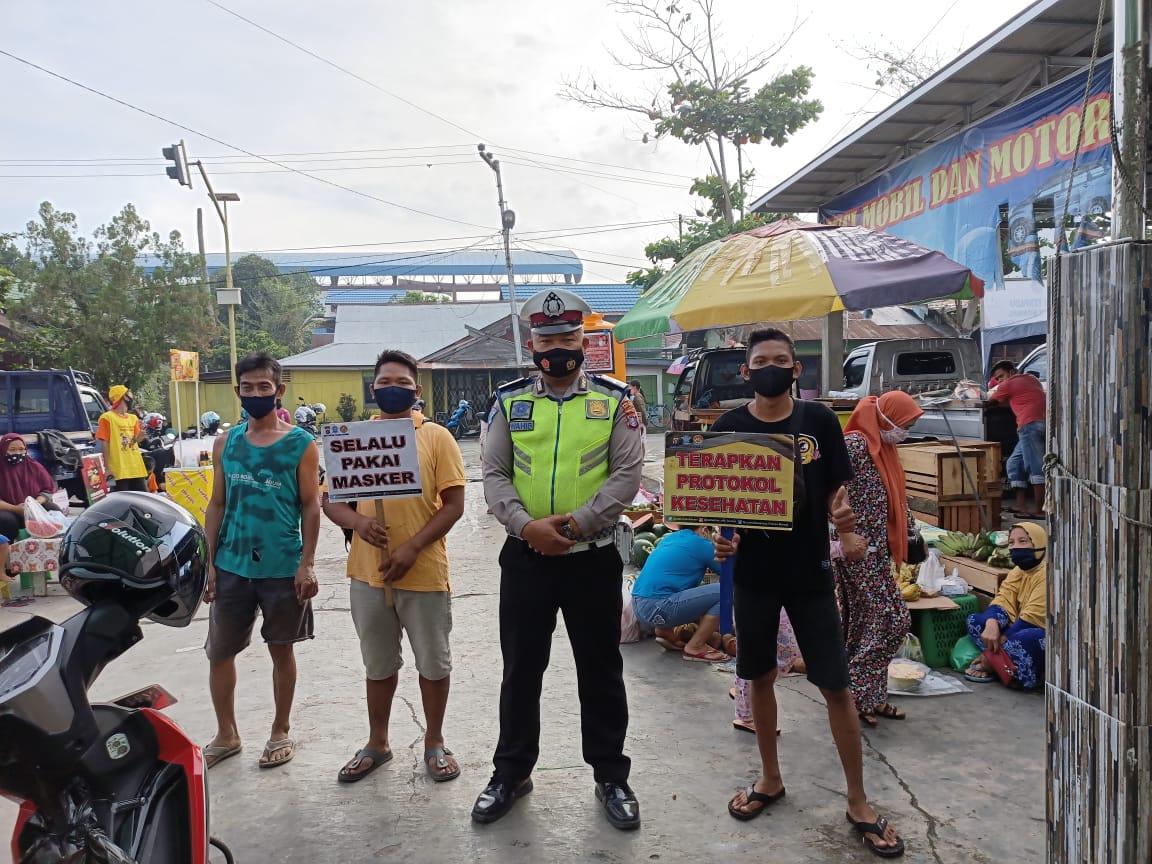 Sambil Gatur Lalin, Satlantas Polres Barsel Ajak Masyarakat Disiplin Patuhi Protokol Kesehatan