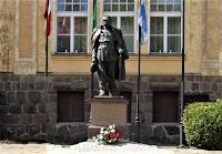 Pomnik Marszałka Piłsudskiego przed Urzędem Miasta