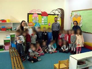 Ομαδική φωτογραφία με παιδιά και νηπιαγωγούς