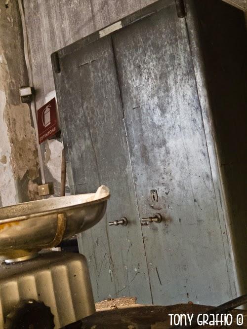 La Fine del Lavoro in un'argenteria abbandonata
