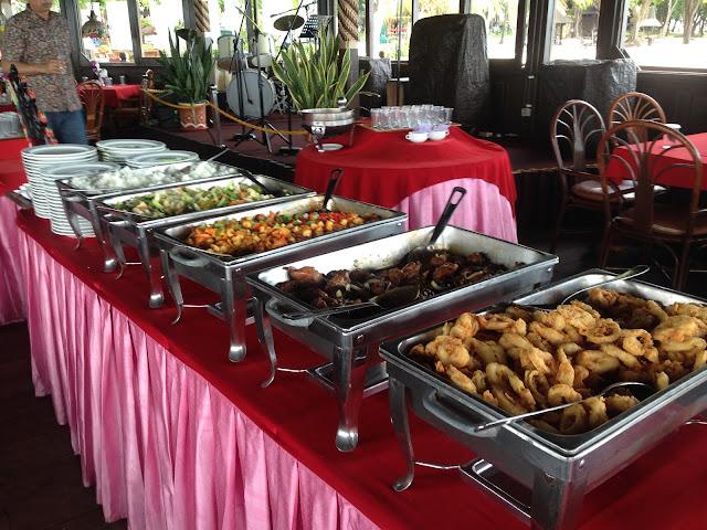 Makan siang di Pulau Ayer