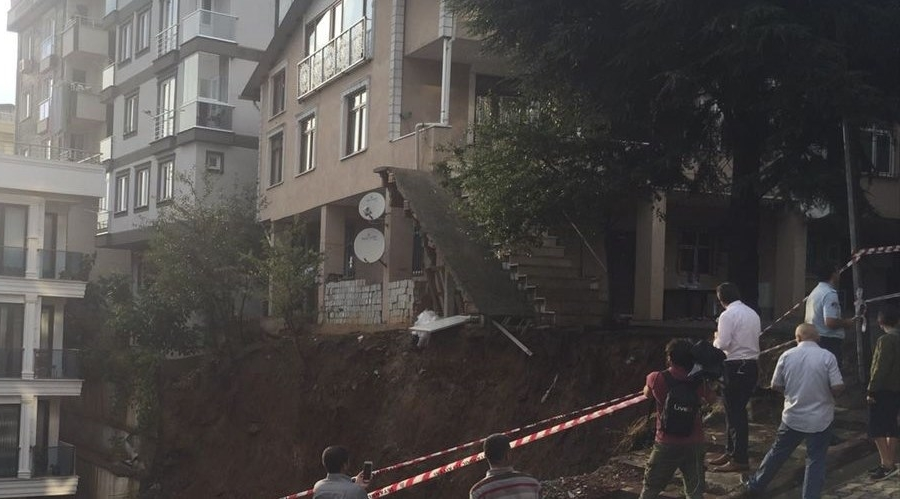 Çökme riski olan bina boşaltıldı