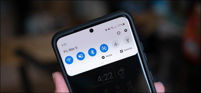 يد تحمل هاتف Samsung Galaxy S20 مع فتحة الإخطار مفتوحة.