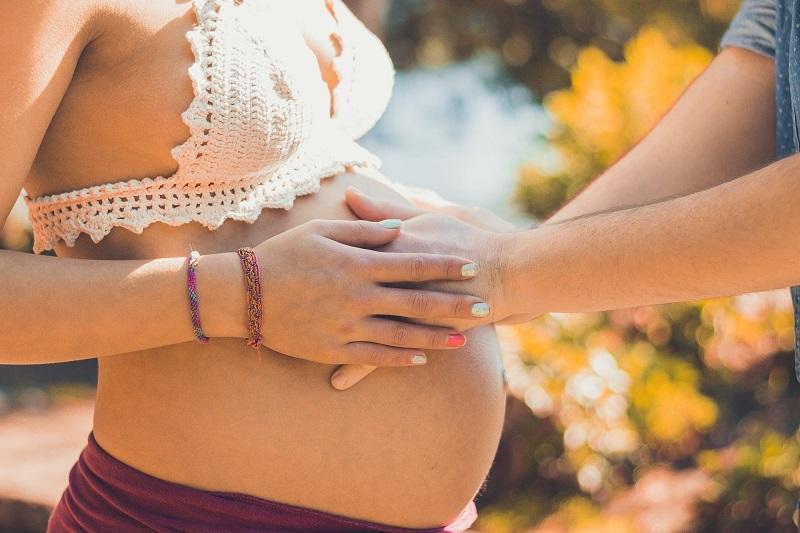 A menina é criada dentro de um universo que a prepara desde muito cedo para aceitar e desejar a maternidade.