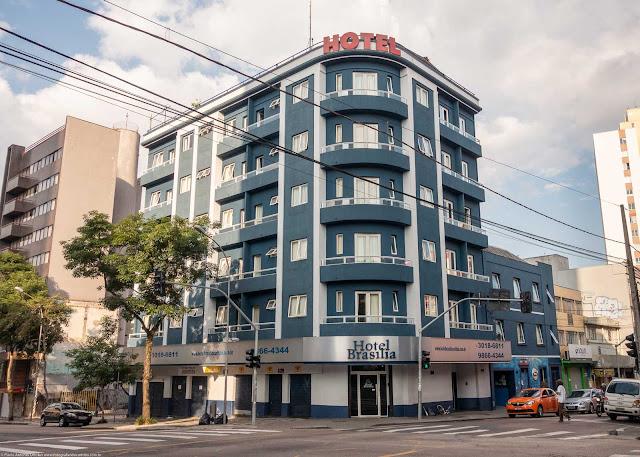 Edifício na Rua Pres. Carlos Cavalcanti, esquina com a Rua Barão do Serro Azul.