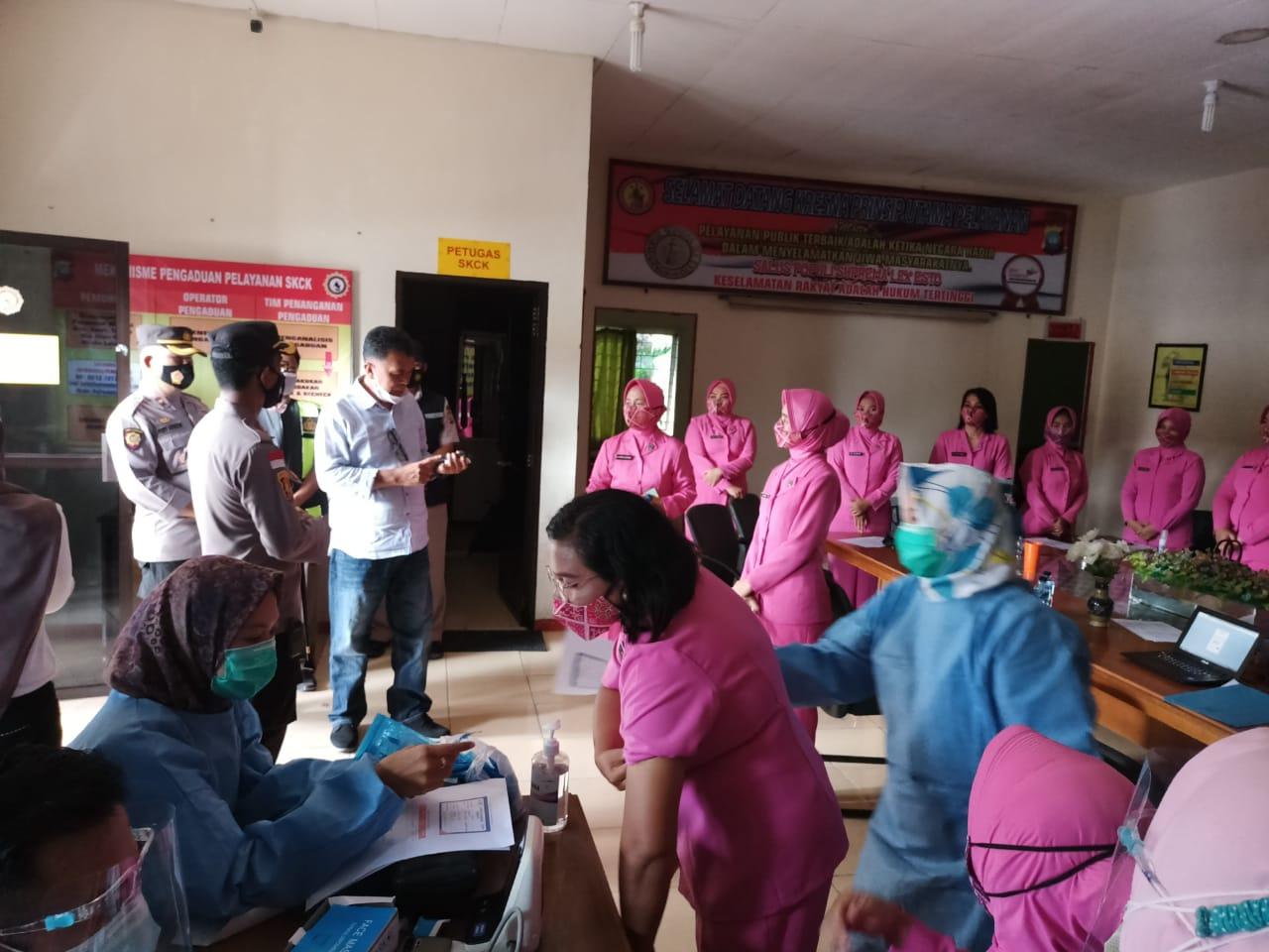 Bupati dan Wabup Natuna Tinjau Pelaksanaan Vaksinasi Covid-19 Terhadap Petugas Pelayanan Publik