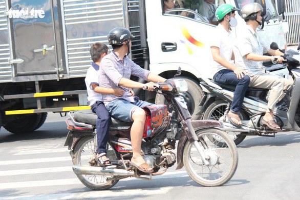 Chú ý: Chở trẻ em trên xe không đội mũ bảo hiểm sẽ bị phạt rất nặng